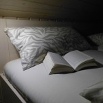 Doppelbett mit Leselampen