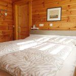Gemütliches Doppelbett im unteren Schlafzimmer