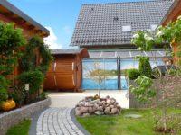 Blick auf die Terrasse mit Sauna und Außendusche